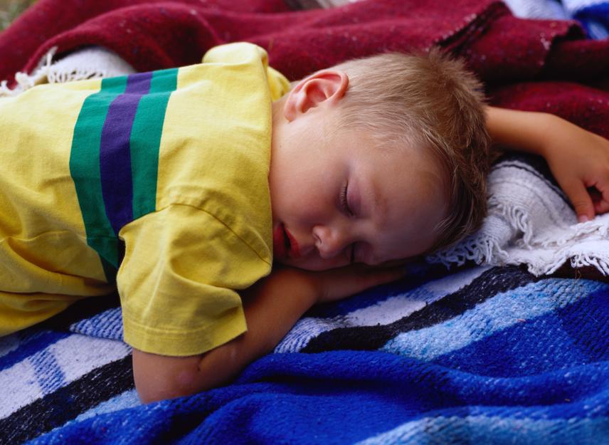 Hason fekve: magabiztos lehet a gyerek, akár kissé akarnok is a mindennapokban. A barátkozás könnyen mehet neki, társaságában az ő szava érvényesülhet.                         Hason, egyik láb felhúzva: valahol félúton a hason fekvés és az oldalt fekvés közt alszik a gyerek? Álmodozó, szentimentális lehet. Hihet magában, illetve abban, hogy álmai valóra válhatnak.