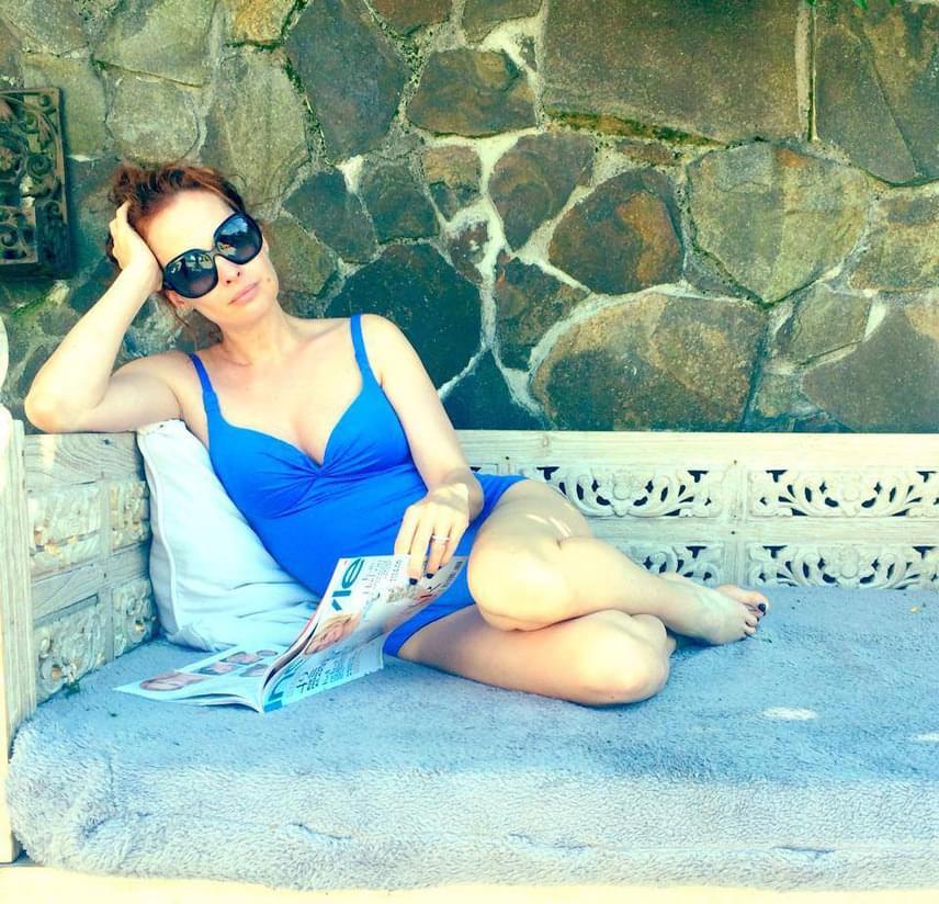 Dobó Kata a nyarat kislányának, Szofinak és a közös pihenésnek szenteli. A 42 éves színésznő nem csak bikiniben, hanem fürdőruhában is nagyon dögös.