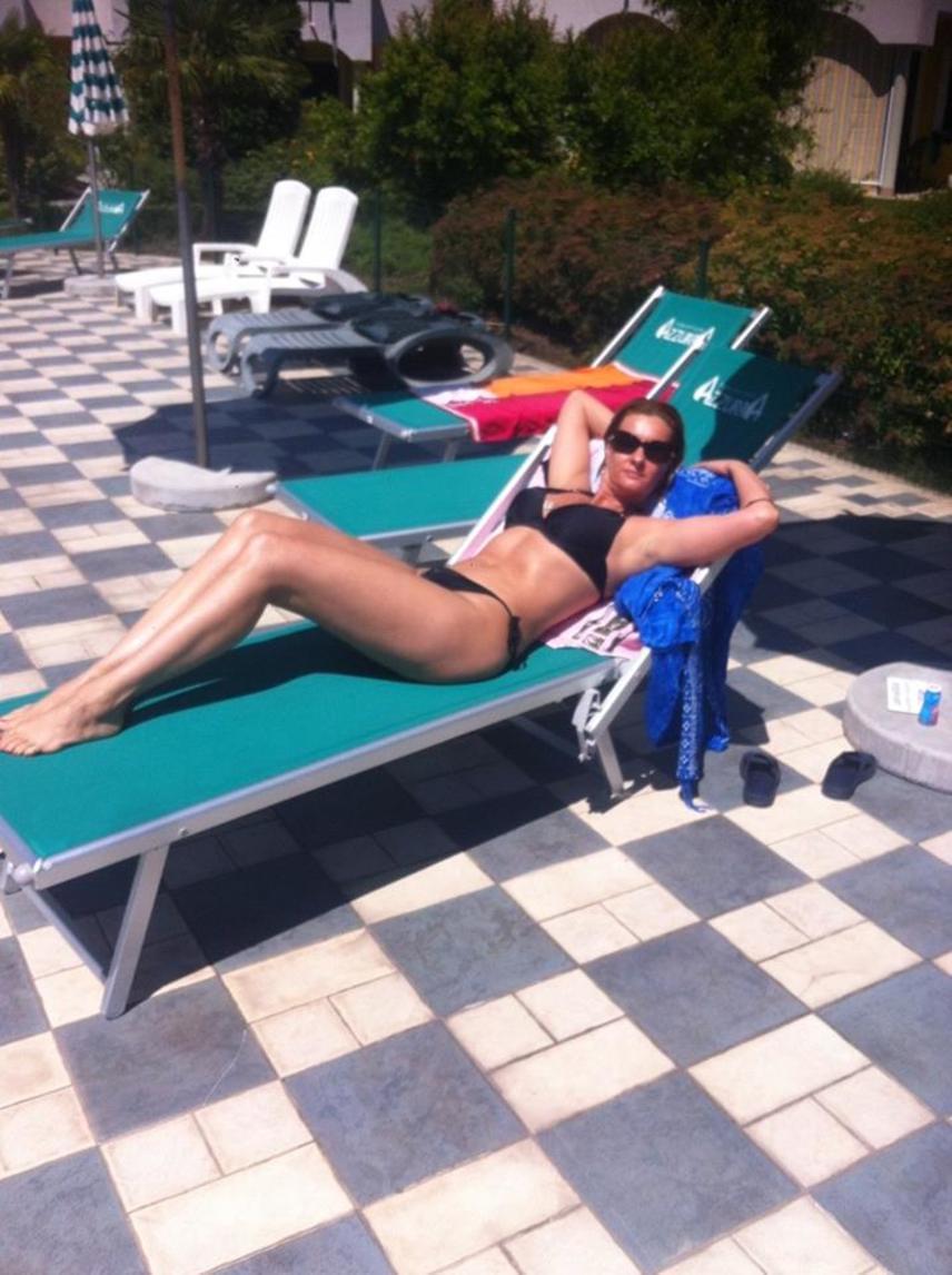 A kétgyerekes színésznő, Janza Kata Németországban töltődik fel energiával és D-vitaminnal. A bikiniben napozó sztáranyukát dicsérték rajongói ezért a képért.