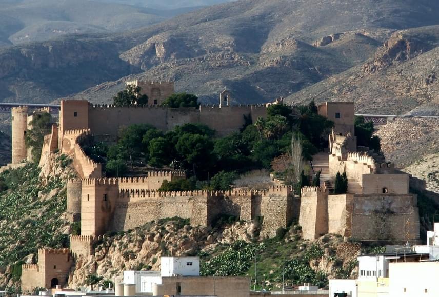 Westeros sivatagos része, mégpedig Dorne uralkodójának kastélya szintén Almeríához köthető, az építmény az Alcazaba de Almería nevet viseli. A III. Károly spanyol király által építtetett erődítmény más filmeknek is helyszínt biztosított, itt forgatták például a Conan, a barbárt vagy az Indiana Jones és az utolsó kereszteslovagot is.