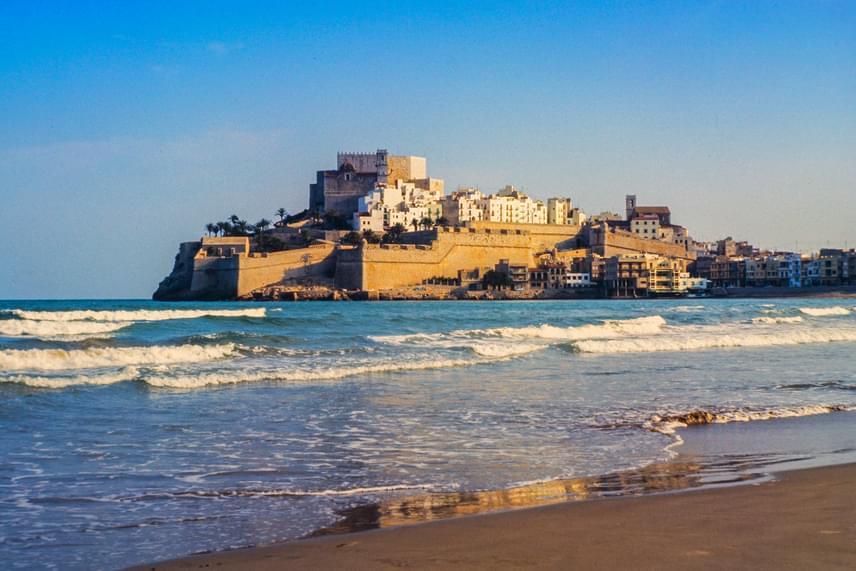Meereen részeként tűnik fel a sorozat epizódjaiban a Castellón tartományban található spanyol kisváros, Peniscola meseszép kastélya. A települést a helyiek körében Valencia Gibraltárjaként és a tenger városaként is szokták emlegetni.