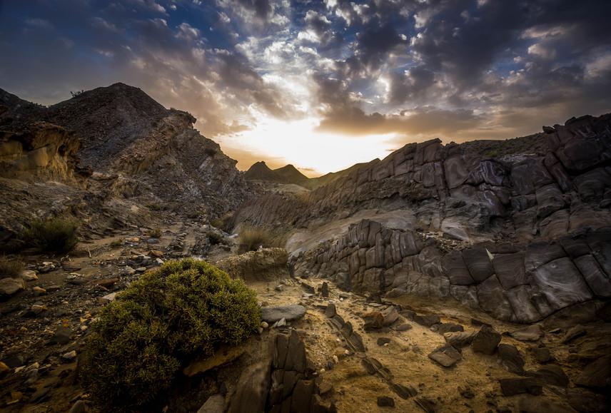 A dothraki népnek otthont adó Dothraki-tenger eredetileg a dél-spanyol Almería tartományban található, méghozzá a Tabernas-sivatagban. Európa legszárazabb területét Kicsi Afrikának is nevezik, és több mint 200 western díszletéül szolgált: itt forgatták például A Jó, a Rossz és a Csúf, az Egy maréknyi dollárért és a Volt egyszer egy Vadnyugat című filmeket is.