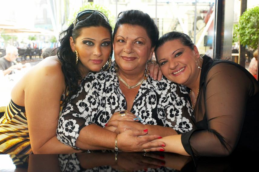 Szinte hihetetlen, hogy a fotón három generációt látunk: Bangó Bargit lánya, Marika - jobbra - 14 évesen hozta világra Tinát - balra. Az énekesnő legidősebb unokája pedig 21 éves volt, amikor megszületett a kis Tina, azaz a dédunoka, aki immár 15 éves.