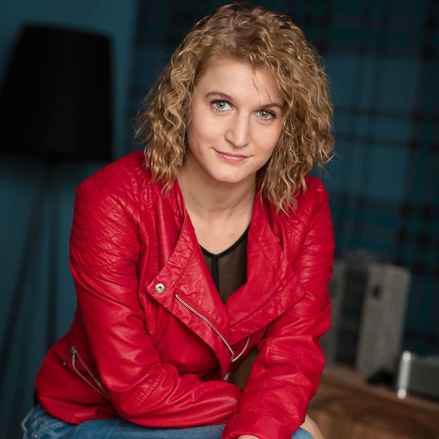 Az RTL Klub gyerek-tehetségkutatójának női zsűritagja Földes Eszter. Sokan ismerhetik a csatorna Válótársak című sorozatából, amelyben Szonja karakterét alakította. A 29 éves színésznő színházi berkekben is számos sikert könyvelhet el.