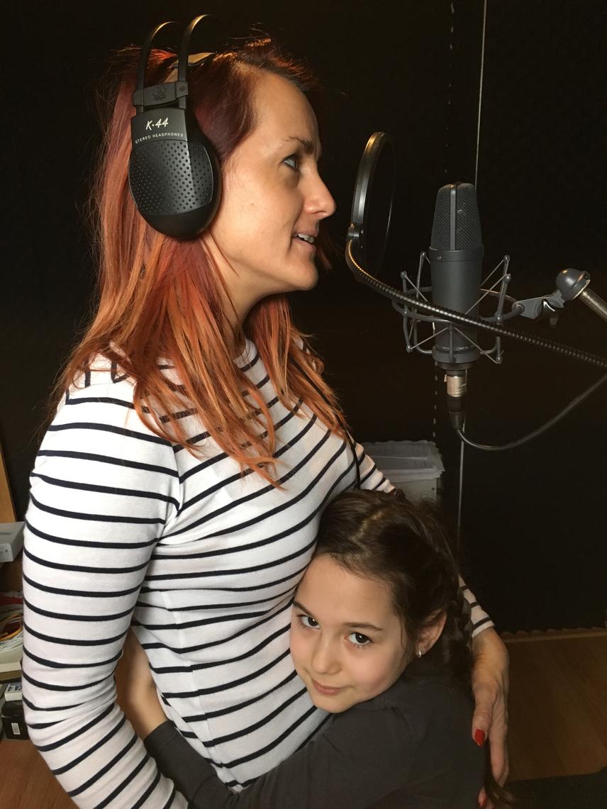 A hétéves Kitti amikor csak teheti, az anyukájával van a stúdióban, sőt, néha még instrukciókat is ad neki. Az énekesnő azonban a fellépésekre nem viszi magával, hiszen a több órányi utazás fárasztó lenne a kicsi számára.