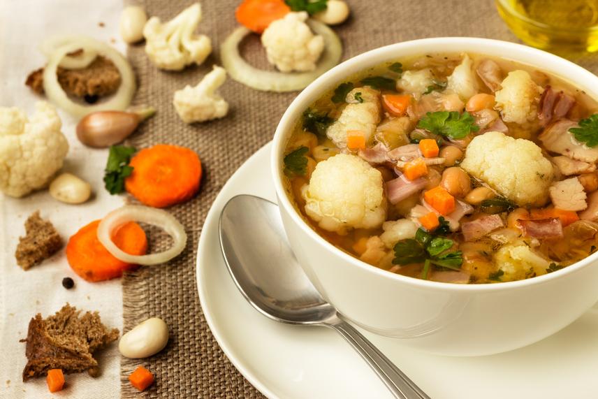 A zöldségleves natúr, habarás vagy rántás nélküli változatára gondolj. Noha a jótékony hatású káposztalevesnek is megvannak a maga előnyei, nem kell sanyargatnod magad egyfajta ízzel. Pakolj a fazékba mindenféle zöldséget, aminek éppen idénye van. Sózás helyett inkább szimpla szárított fűszereket vagy friss fűszernövényeket használj. Ha étkezések között megeszel egy csészével, kisebb adaggal beéred majd az ebédnél vagy vacsoránál is.