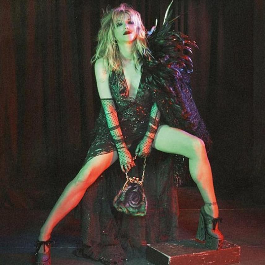 Az 51 éves Courtney Love még mindig az a lázadó, vagány csaj, aki fiatalkorában volt. A divattervező rá is erősített erre: egy merészen felsliccelt csipkeruhába bújtatta.