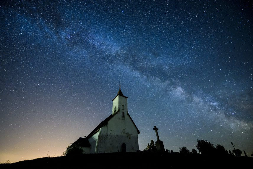 A gömöralmágyi templomnak tökéletes hátteret biztosít a csodaszép éjszakai égbolt.