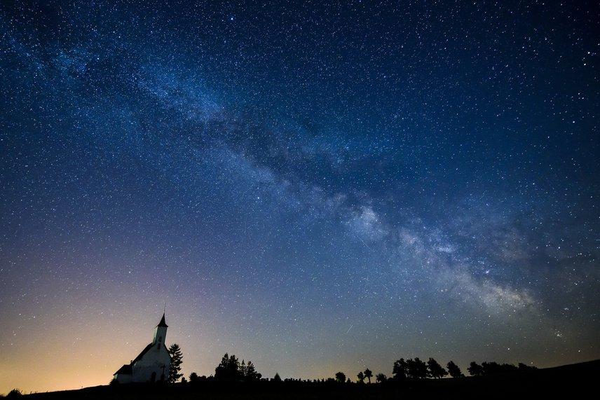 Nyáron mindenképpen érdemes egy kevésbé fényszennyezett helyre kitelepülni, és legalább egy éjszaka figyelni a csillagokat.