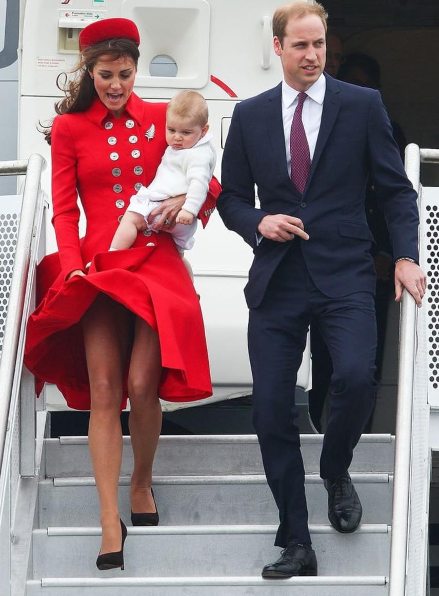 2014-ben Új-Zélandon is hasonlóképpen járt, akkor a repülőről leszállva próbált elhárítani egy Marilyn Monroe-pillantot - mindezt György herceggel a kezében, magas sarkakon egyensúlyozva.