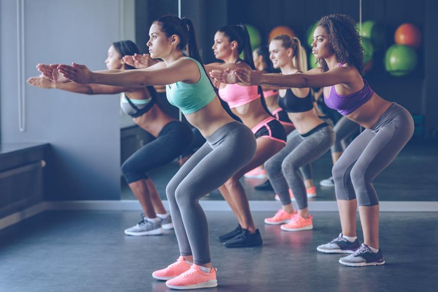 A guggolás azoknak hatékony, akik a legcsekélyebb ízületi problémával sem rendelkeznek. Ilyen emberből pedig kevés van. Ha rossz testtartással végzed a gyakorlatot, árthatsz a derekadnak és a hátadnak. A helytelenül kivitelezett mozdulat szinte roncsolja a térdet, éppen ezért kell a súlypontot a legoptimálisabban megosztani. Ha tehát guggolsz, akkor mélyíts le a mozdulatsort. Ne maradj meg félállás pozitúrában, hanem ereszd le hátul a fenekedet. Az egylábas guggolást pedig még akkor is hanyagold, ha kirobbanó formában van a térded és a bokád.