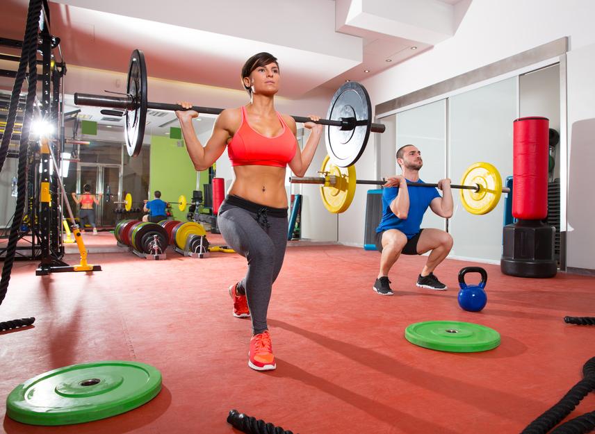 A súlyzózás azért veszélyes, mert sokan még az alakformálás kategóriába sorolják, pedig az már egy kemény testépítő gyakorlat. A súlyzós gyakorlatok jók az izomerő és az ellenálló képesség fejlesztésére, de nem használnak a csontoknak. A terhekkel növelt mozgás extrém igénybevételt jelent a testnek, és a szív- és érrendszerei problémákkal rendelkezőknek kimondottan életveszélyes lehet. Súlyzós edzésbe bele se fogj, amíg más aerob és kardió jellegű mozgással ki nem alakítottad a stabil, biztos fizikai alapot. Alapszabály az is, hogy csak személyi edzővel állj neki az ilyen jellegű mozgásnak.