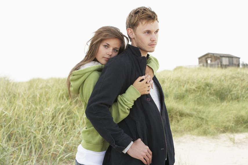 Ha az elmúlt időszakban kevesebbszer ér hozzád, nem bújik össze veled, elhidegül az ölelése, amely korábban olyan szoros és hosszas volt, nem jelent jót. Előfordulhat, hogy aggasztja valami, de arra is utalhat, hogy már nem vár boldogságot a kapcsolatotoktól.