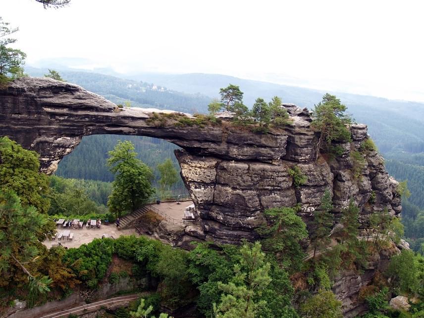 Észak-Csehországban, a német határ mentén található a legfiatalabb cseh nemzeti park, amely a Cseh Svájc nevet viseli. Szikláit a szél és a csapadék formálta igazi látványossággá, általuk a természet folyamatos működésben levő és mindig új alakzatokat létrehozó erőinek is tanúja lehetsz. A park legkülönlegesebb része a Pravčická brána nevű homokkőhíd. A védett terület a határon túl is folytatódikSzász Svájc néven, így az értékeket a két ország összefogásban őrzi.