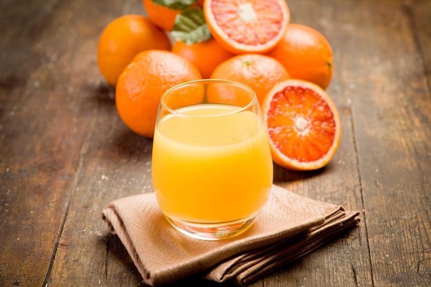 A készen vásárolható gyümölcslevek java sűrítményből készül, rengeteg édesítőszerrel. Ezeket jobb, ha reggel kiiktatod, és a későbbi órákban is csak házilag facsart leveket fogyasztasz. Sokkal jobb megoldás azonban a gyümölcslénél a turmixok készítése, amelyekben a gyümölcsök és zöldségek értékes rostjai is benne vannak, így kevés kalóriával is képesek nagyon laktatóak lenni.