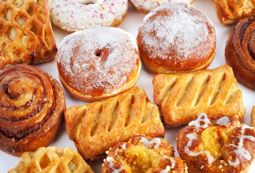 A péksüteményeket a bennük található fehér liszt és cukor nagyon rossz reggelivé teszi, fogyasztásuk után hamar megkordul majd a gyomrod. Kerüld őket még akkor is, ha szénhidrátcsökkentettek, hiszen ezek is nagyon megdobják a vércukorszintedet!