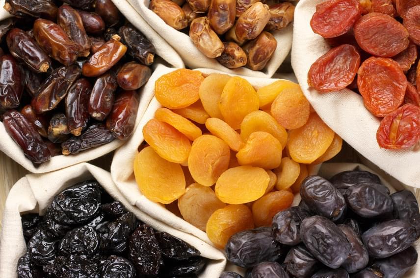 Az aszalt és szárított gyümölcsök jelentős része jókora adag cukorral készül, vagy egyszerűen a gyümölcscukor-tartalmuk rettenetesen magas. Ezek helyett inkább friss gyümölcsöt keverj a zabpehelyhez, és nassolnivalót is azok közül válassz!