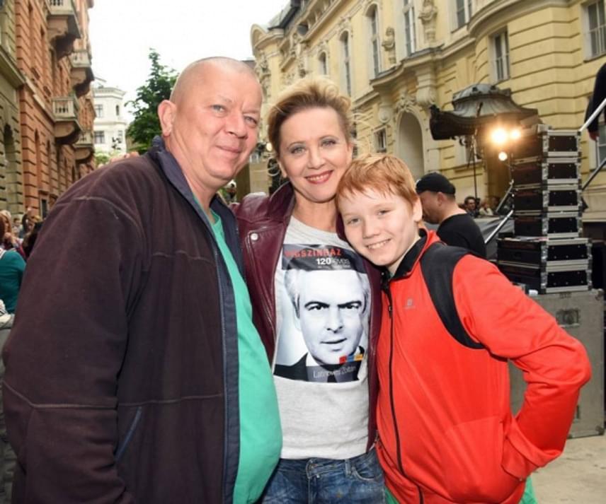 A Vígszínház 55 éves igazgatónője, Eszenyi Enikő még májusban a Facebook-oldalára posztolta azt a fotót, amelyen öccsével és annak fiával, Farkassal látható. A két pasi is ellátogatott a teátrum 120 éves évfordulója alkalmából rendezett ünnepségre.
