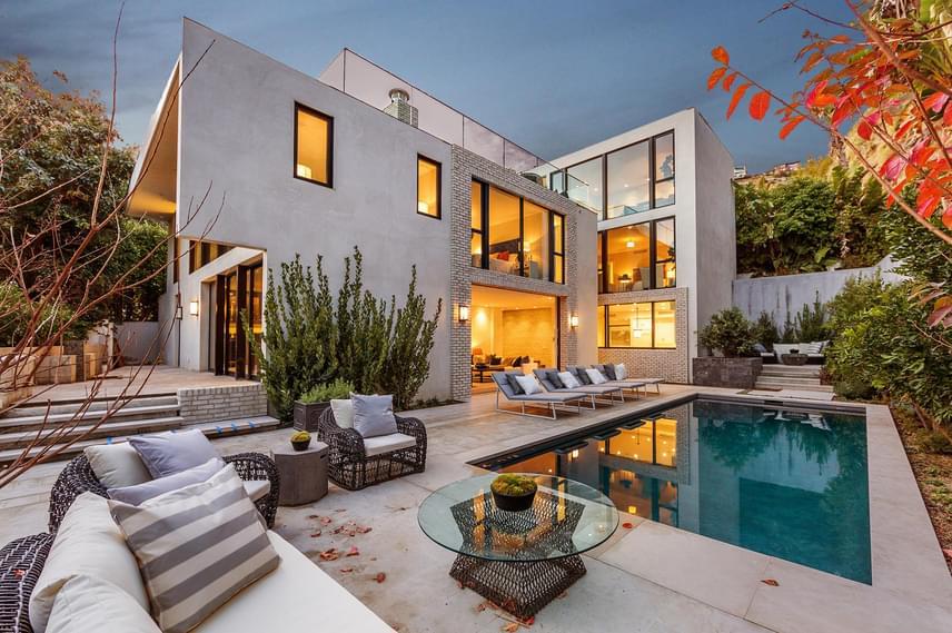 Így néz ki kívülről Kendall Jenner új luxusházikója. Korábban az Office sztárja, John Krasinski élt itt, és a ház jelentős részét ő maga tervezte.