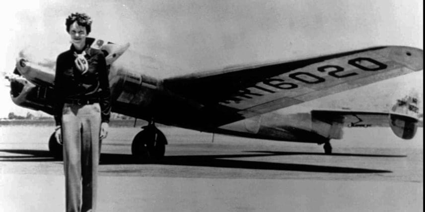 Ha ezt megcsinálom, abbahagyom a hosszútávú repüléssel való kísérletezést - mondta utolsó útja előtt Amelia Erhart. Sajnos az út sikertelennek bizonyult, és bár nem tudni teljes bizonyossággal, de a repülés női úttörője feltevések szerint lezuhant a Csendes-óceán felett, és életét vesztette. Amennyiben nem így történt, és Amelia Erhart csupán útját nem tudta befejezni egy rejtélyes okból, de meg nem halt, hová tűnhetett nyomtalanul? A kérdés a mai napig megválaszolatlan. Bármi is történt, az eset hátborzongató.