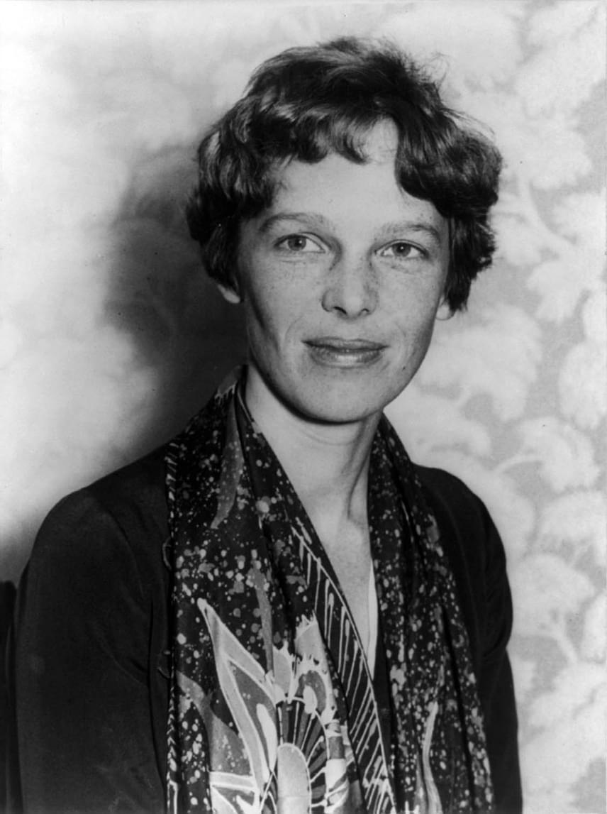 Amelia Erhart nem sokkal 43. születésnapja után indult utolsó útjára, és akkor még nem sejtette, hogy az utókor számára ilyen hatalmas rejtélyt fog maga mögött hagyni. Vállalkozó szellemű, vakmerő pilóta volt, aki nem riadt vissza az embert próbálónak bizonyuló kísérleti utaktól sem.