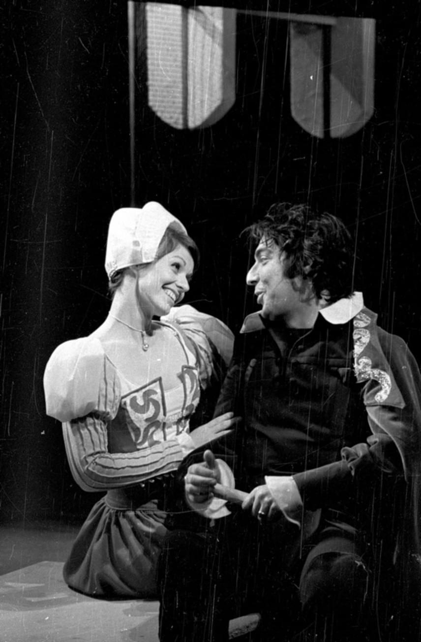 A színész második felesége - és egyben két nagyobb gyermekének, Verebes Zoltánnak és Verebes Lindának édesanyja - Héczey Éva, a Szegedi Nemzeti Színház egykori művésznője volt. Az asszony tavaly, 67 évesen hunyt el. A fotó róla és Verebes Istvánról készült a Miskolci Nemzeti Színház Sok hűhó semmiért című darabjában, még 1976-ban.