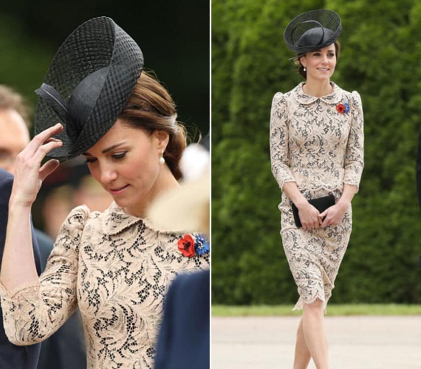 A franciaországi megemlékezésre Katalin hercegné csipkés, bézs színű darabot és sötét színű kalapot választott.