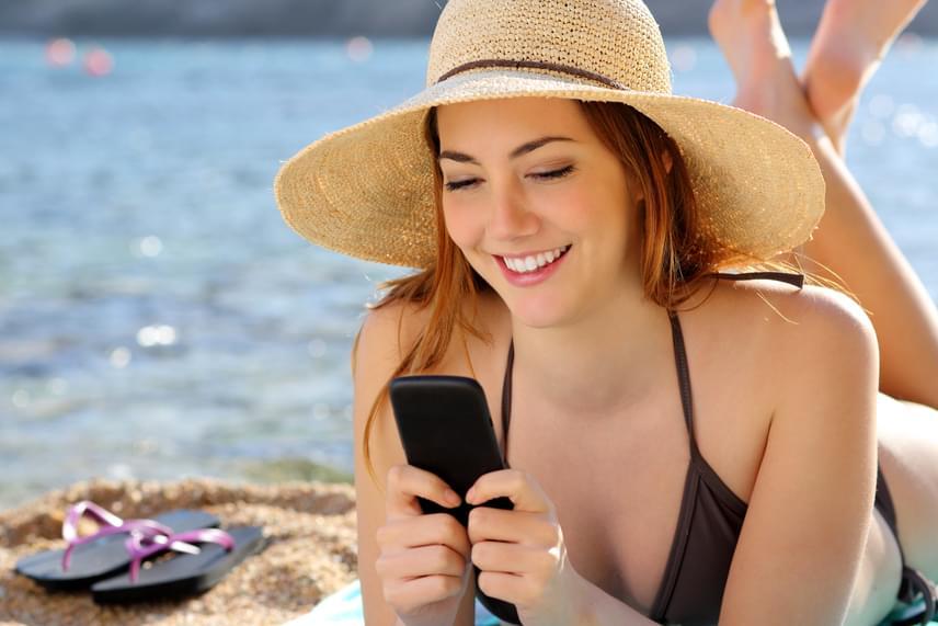 Ha egy kevés almaecetet vattapamacsra csepegtetsz - csak annyit, hogy nedves, de ne vizes hatású legyen -, a mobiltelefonod kijelzőjét is megtisztíthatod az ujjlenyomatoktól és más szennyeződésektől.