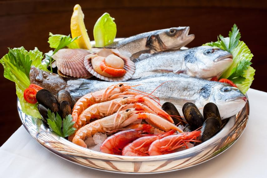 A tenger gyümölcseiben, főként az osztrigában nagyon nagy mennyiségben jelen lévő cinket elsősorban hasmenés-megelőző hatásáról ismerheted. A cink megfelelő mennyiségű fogyasztása azonban különösen fontos a menopauza idejétől kezdődően, ugyanis az ásványi anyag segít a fehérjék termelésében, az enzimek szabályozásában és a csökkenő teszteronmennyiség szinten tartásában, hiánya hízást okoz. Legjobb forrása a tengeri herkentyűk mellett a bárányhús és más vörös húsok, valamint a csírák.