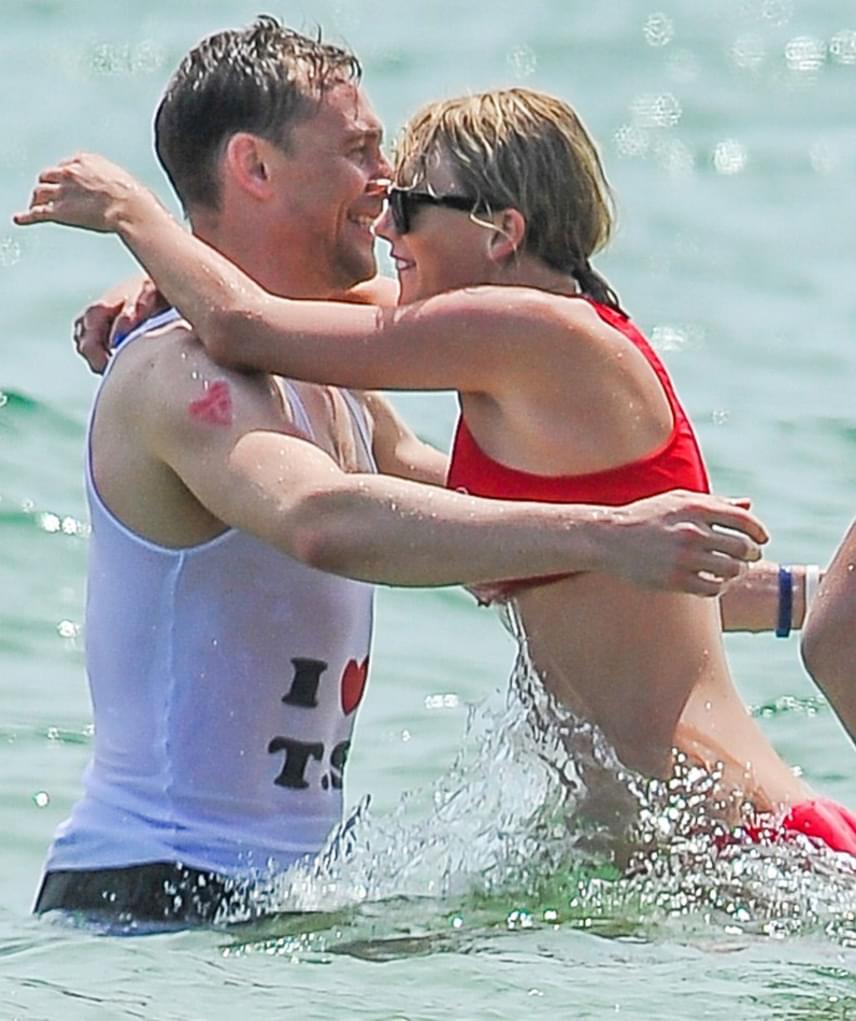 Tom Hiddleston a strandoláshoz egy I love T. S. feliratú pólót viselt, karján pedig egy ideiglenes tetoválás, egy piros szívbe foglalt T betű virított.