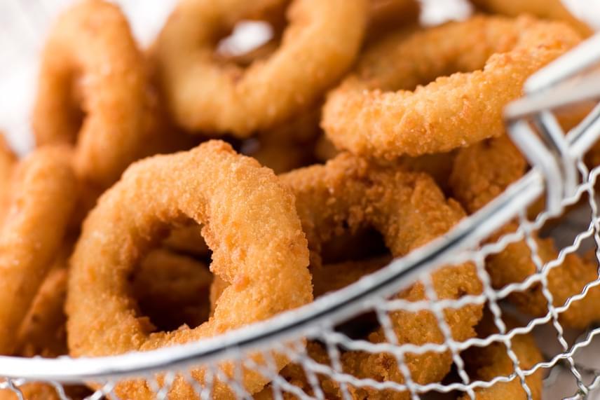 Bár a hagymakarikák nem tűnnek a legrosszabb választásnak, az olajban sütés, a sózás, a panír, valamint az, hogy előfordulhat a mirelit termék használata, igencsak egészségtelen alternatívává teszik.