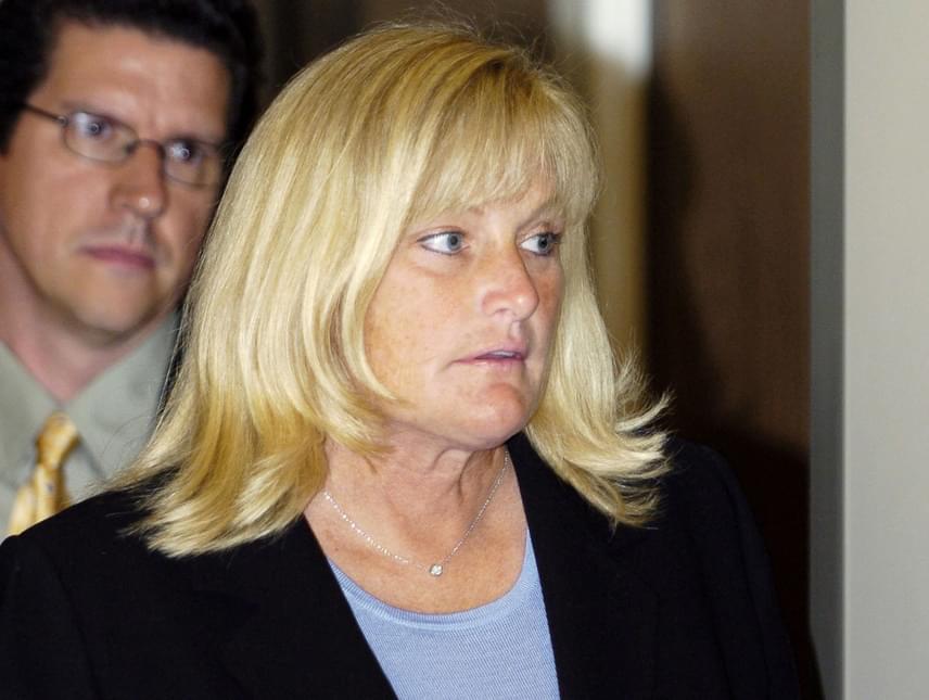Debbie Rowe bizakodó a gyógyulását illetően, azonban ha bekövetkezne a legrosszabb, szeretne úgy távozni, hogy kibékült a gyerekeivel. Paris egyelőre kérlelhetetlennek tűnik, közösségi oldalain is letiltotta az édesanyját.