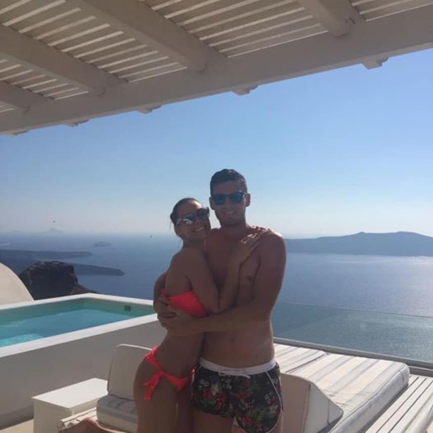 A 28 éves Pintér Ádám június végén jegyezte el barátnőjét, Zitát, akivel jelenleg Görögországban, Santorinin nyaral.