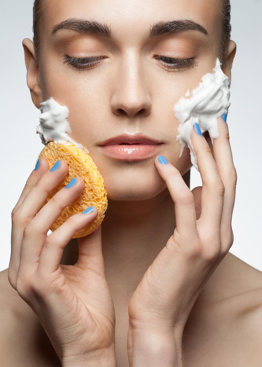 Milyen rendszeresen radírozod a bőrödet szemcsés arctisztítókkal vagy szivaccsal? Ha a válasz heti két alkalomnál több, akkor jó eséllyel több kárt teszel, mint amennyi haszna van a dolognak. A túlzottan sok radírozás, hámlasztás brutálisan szárítja a bőrt, ami pánikszerűen több zsiradékot próbál termelni a kár helyreállítására, így ördögi kör jön létre. Mondj le a túlzottan sok radírozásról, és próbálkozz gyengédebb módszerekkel!