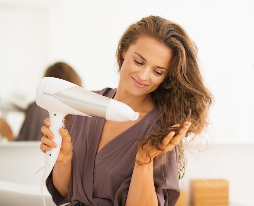 A bőr kiszáradása szempontjából a legfontosabb környezeti tényező a levegő nedvességtartalma körülötted. A forró, száraz levegő ugyanis képes nagyon ráncosítani, kiszárítani a bőrt. Érdemes a lakásba nedvességet mérő eszközt beszerezi, és, ha a páratartalom 45-55% alá esik, porlasztással vagy párologtatással növelni a nedvességet.