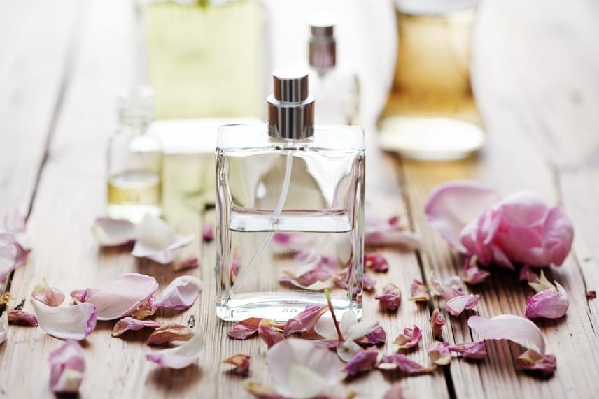 A tisztítószerektől a kozmetikumokig nagyon sok mindenben szinte szabályszerűen megtalálható valamilyen illatanyag, parfüm. Ezek helyett érdemes illatmentes, a bőrt kevésbé szárító, irritáló termékeket választani, ha erre érzékeny vagy. Intő jel lehet érzékenységre, ha valamilyen illatos dolog használatát követően viszketést tapasztalsz.