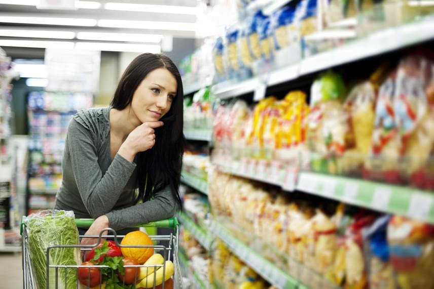 Ha farkaséhesen indulsz bevásárolni, annak semmi jó vége nem lesz. Szokj rá, hogy tele hassal jársz a boltba, és ha további önuralomra van szükséged, akkor bevásárlólistát írsz, melytől nem térsz el. Ezzel a módszerrel megelőzheted, hogy olyasmiket vegyél meg, amik egészségtelenek, hizlalnak, de gyorsan csillapítják az éhséget, vagy éppen nagyon édesek.