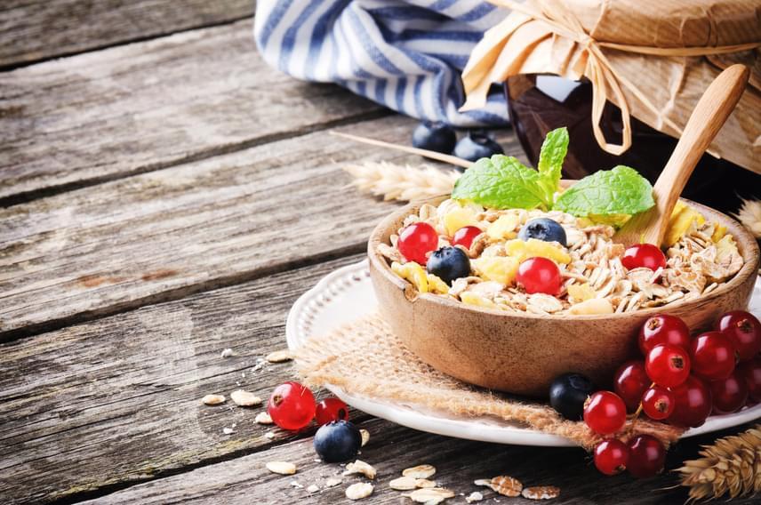 Ugyan azt gondolnád, hogy a reggelit kihagyva kevesebb kalóriát viszel be, és ez jó a fogyásnak, sajnos ez nincs így. Az éjszaka alatt kiürült gyomor és a lecsökkent vércukorszint a reggeli ideje után nem sokkal bele fog hajtani a túlevésbe, ami sokkal rosszabb, mint egy egészséges reggeli.