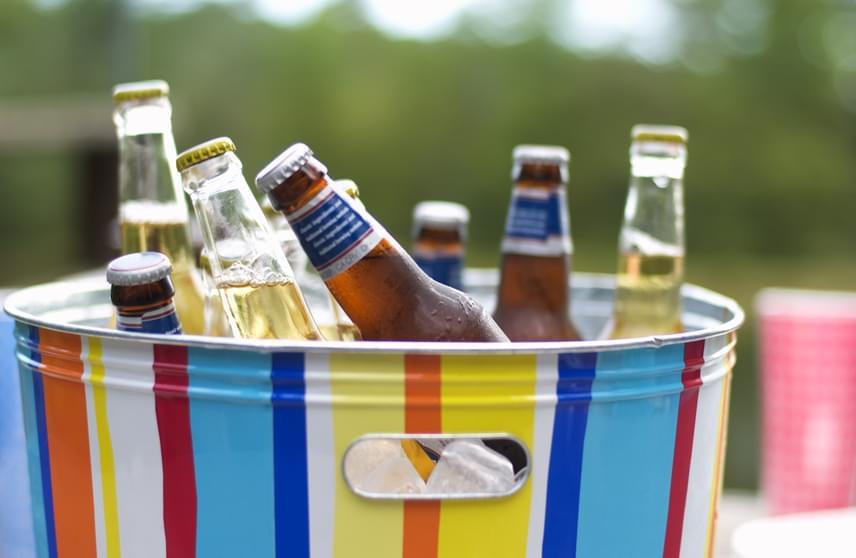 Nyáron érthető, ha valami frissítővel szeretnéd csillapítani a szomjadat. Nem szabad azonban ilyenkor elfeledkezned arról, hogy a sör, az üdítők és sok alkoholos ital is bővelkedik kalóriákban, ráadásul fokozza az étvágyat. A fogyókúra idején ezeket jobb elkerülni, illetve inkább házilag ízesített, limonádészerű fogyókúrás vizekkel próbálkozni, míg a szinten tartás során fogyassz mértékletesen belőlük.