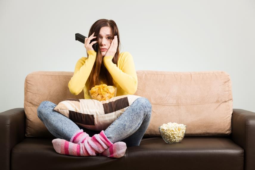 A tévézés és olvasás közbeni evés egy különös jelenség forrása lehet, melyet a szakirodalom étkezési amnéziának nevez. Ez azt jelenti, hogy az evés ideje alatt valami olyannyira leköti a figyelmedet, hogy észre sem veszed, mit és mennyit ettél. Előfordult már sorozatnézés közben, hogy azt sem vetted észre, hogy eltűnt egy zacskó nassolnivaló? Ideje kiiktatni ezt az étkezési szokást, illetve kalóriaszegény, egészséges rágcsálnivalókra váltani!