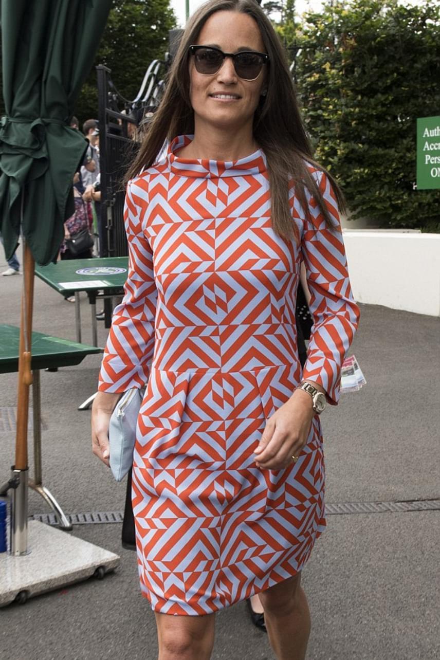 Sem a szín, sem a szabás, sem a fazon nem stimmel: Pippa ezúttal nagyon mellényúlt. A kommentelők szerint hiába edz napi 4 órát, ha aztán úgy öltözik fel, mint egy vénasszony.