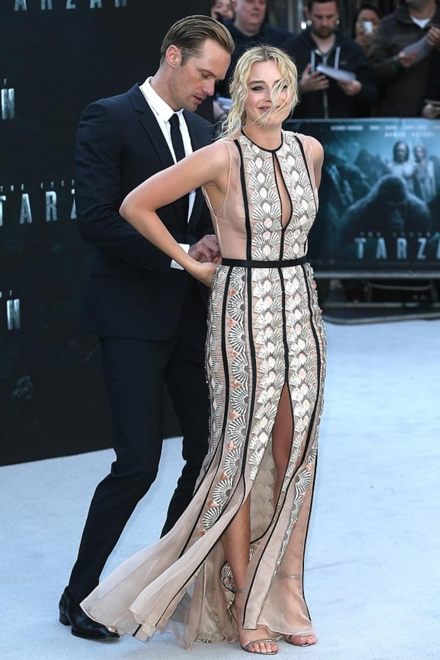 Mikor észrevette mi történt, Alexander Skarsgard azonnal a színésznő mögé lépett, hogy megpróbálja a ruha kapcsait úgy összefűzni, hogy a bemutató végéig megtartsa a ruhát.