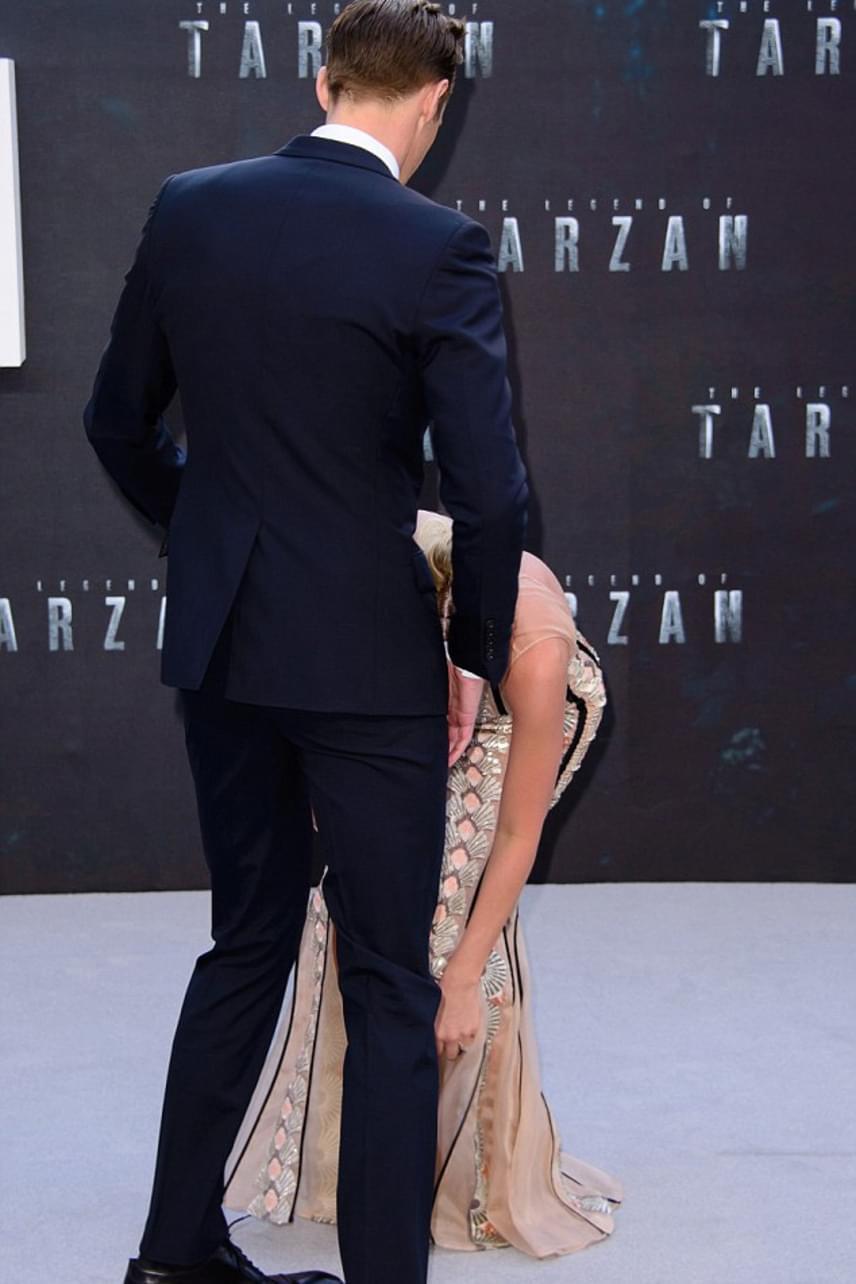 Alexander Skardgard igazi úriemberhez méltó módon takarta kolléganőjét a fotósok elől, amíg az megigazította ruháját, hogy elől se látszódjon ki semmije.