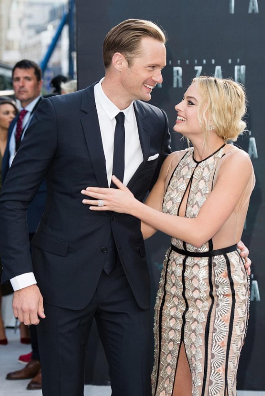 Margot Robbie egy hatalmas puszival és öleléssel köszönte meg kollégája segítségnyújtását - látszik, hogy ahogy a filmvásznon, az életben is nagy az összhang közöttük.