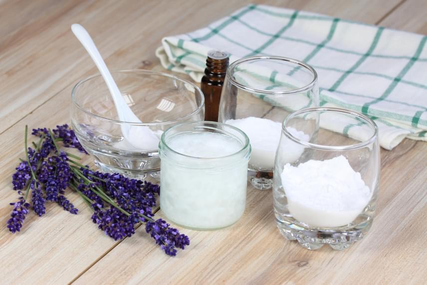 A szódabikarbóna nagyszerűen működik a testszag ellen, így a házi készítésű dezodorok egyik legfontosabb alapanyaga. Mutatunk három receptet, melyeket követve saját izzadásgátló port, stiftet vagy krémdeót készíthetsz!