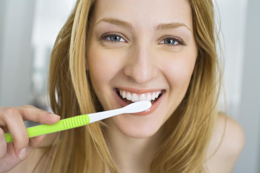 Fogkrémbe vagy összenyomott eperbe keverve és fogmosáshoz alkalmazva a szódabikarbóna nagyon erősen fehéríti a fogakat, ám érdemes heti egy-két alkalommal használni csak, hogy ne tegyen kárt a zománcban.