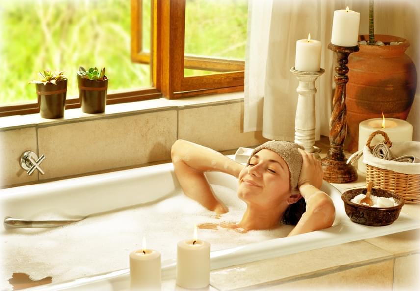 Szuper fürdősót vagy fürdőgolyót készíthetsz szódabikarbóna felhasználásával, melyekkel felfrissítheted, puhább teheted a bőrödet. Fürdőgolyó előállításához egy kiskanál szódabikarbónát keverj el egy evőkanál kókuszolajjal és pár csepp általad választott illóolajjal, majd keményítővel sűrítsd megfelelő állagúra a keveréket. Ha ehelyett inkább fürdősót készítenél, itt találsz tippeket!