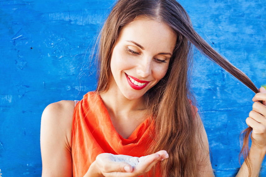 Ha a frizurád sürgősen megmentésre szorul, de nincs kéznél szárazsampon, használhatsz helyette szódabikarbónát. Dörzsöld be vele a hajtöveket az azonnali hatásért, vagy keverj el a hajmosáshoz használt vízben egy evőkanállal belőle, és a sampont is helyettesítheted!