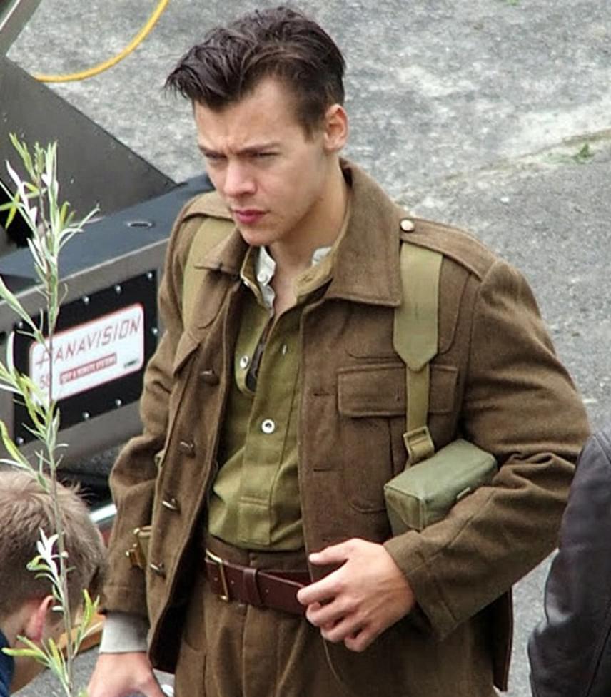 Harry Styles jelenleg filmet forgat a dunkerque-i csatáról: itt kapták le a lesifotósok az új frizurával, amit időről időre felfrissíttet a fodrásszal.