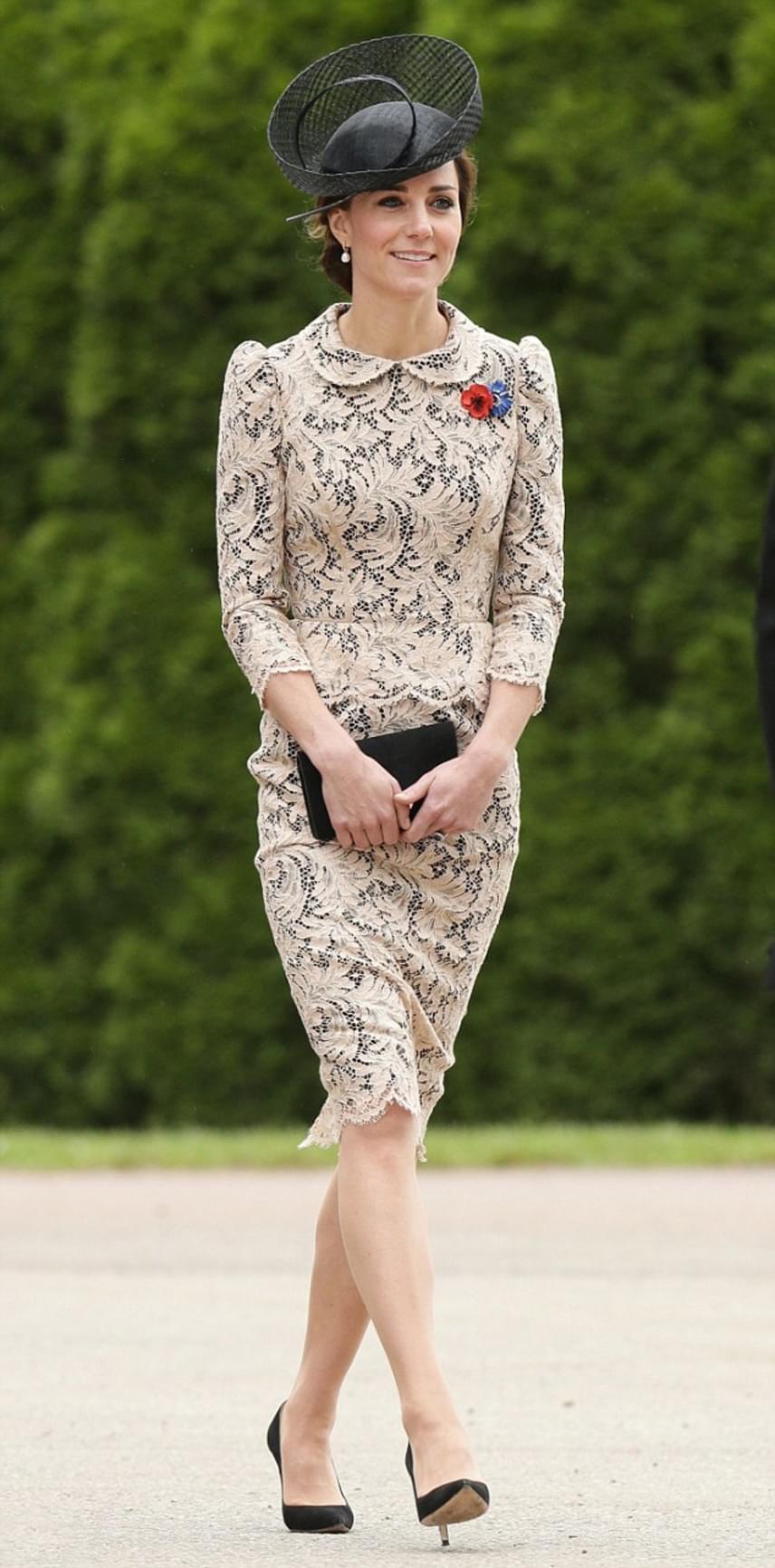 Hiába volt csinos Katalin hercegné, senki nem törődött a ruhájával. Ezúttal mindenkit az foglalkoztatott, milyen varázslat áll a lebegése mögött.
